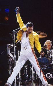 Freddie Mercury durante un'esibizione